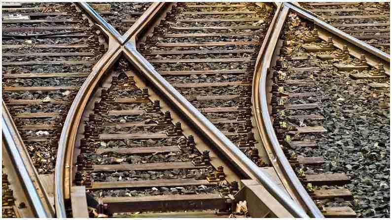 गावापासून शहरांपर्यंत पसरलेल्या रुळावरुन धावणारी रेल्वे आपल्या जीवनाचा एक महत्त्वाचा भाग आहे. आपण सर्वांनी ट्रेनने प्रवास केला असेल. पण रेल्वेसंदर्भात असे काही प्रश्न आहेत ज्यांची उत्तरे आपल्याला माहिती नाहीत. असाच एक प्रश्न आहे की हजारो किलोमीटरवर पसरलेल्या रेल्वे रुळांवर कधी गंज का येत नाही. ट्रॅक सर्व हवामानातही चमकत राहते.