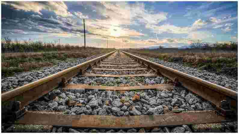 एका अहवालानुसार रेल्वे रुळ तयार करण्यासाठी खास प्रकारच्या स्टीलचा वापर केला जातो. स्टीलमध्ये मँगलोई मिसळून ट्रेनचे ट्रॅक तयार केले जातात. स्टील आणि मॅंगलोईच्या मिश्रणाला मॅंगनीज स्टील म्हणतात. यात 12 टक्के मॅंगनीज आणि एक टक्के कार्बन मिल असते.