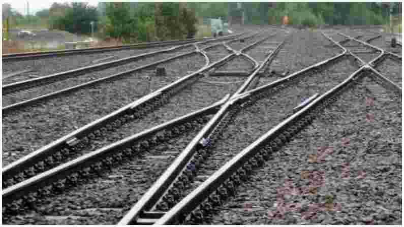 असा विश्वास आहे की स्टीलमध्ये असलेल्या मिश्रणामुळे रेल्वे रुळांचा ऑक्सिकरण प्रमाण खूपच कमी असते. यामुळे वर्षानुवर्षे ट्रॅक गंजत नाहीत. जर ट्रेनचा ट्रॅक सामान्य लोखंडाचा बनलेला असेल तर हवेच्या आर्द्रतेमुळे ते गंजेल. यामुळे ट्रॅक वारंवार बदलावे लागतील आणि यामुळे खर्च वाढेल.