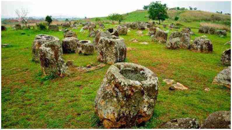 लाओसच्या झियांगखुआंग प्रांतात अशा प्रकारच्या 90 पेक्षा जास्त जागा आहेत जिथे 400 पेक्षा जास्त दगडी पाट्या आहेत. बर्याच भांड्यांच्या वरच्या बाजूला दगडाचे झाकणही सापडले आहे. असे म्हणतात की या मॅटची उंची एक ते तीन मीटर पर्यंत आहे.