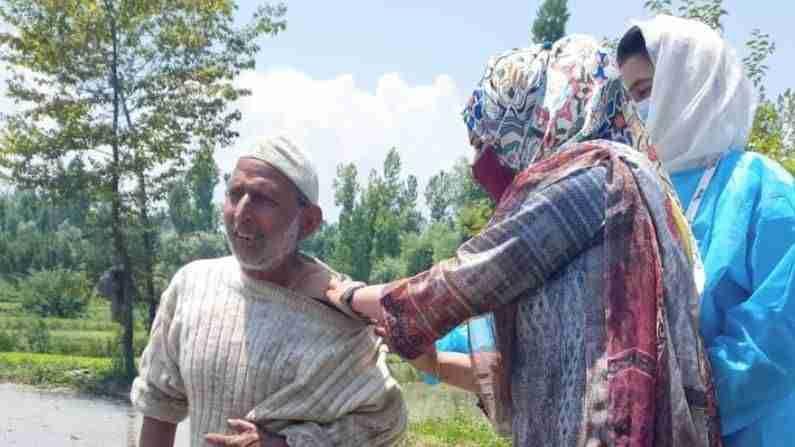 जम्मू-काश्मीरसारख्या डोंगराळ भागातही आरोग्य कर्मचारी संपूर्ण उत्साहाने लोकांपर्यंत लस पोचवत आहेत. जम्मू काश्मीरच्या पुलवामा येथील रहिवासी तबस्सुम लोकांना घरोघरीच नव्हे तर त्यांच्या शेतातही लस देत आहे.