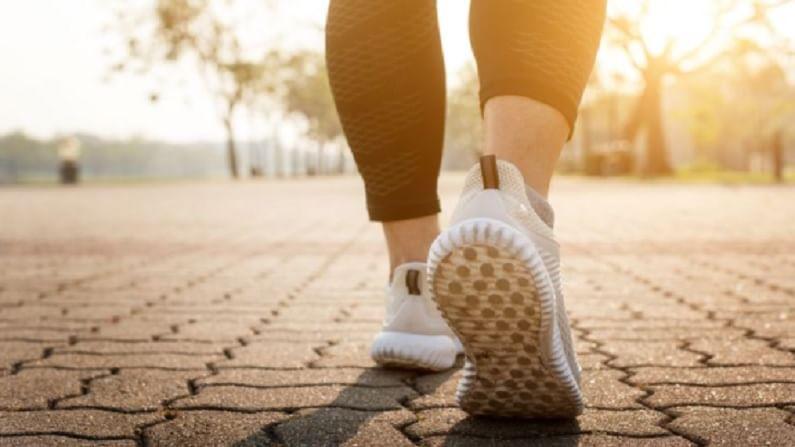 दररोज एक तास चालण्याने आपले वजन कमी होण्यास मदत होते. चालणे हा एक असा व्यायाम आहे, ज्यामध्ये आपल्याला दुसऱ्या कोणत्याही गोष्टीची गरज लागत नाही. चालताना मन शांत आणि मुड चांगला करण्यासाठी आपण गाणे देखील ऐकू शकतो.