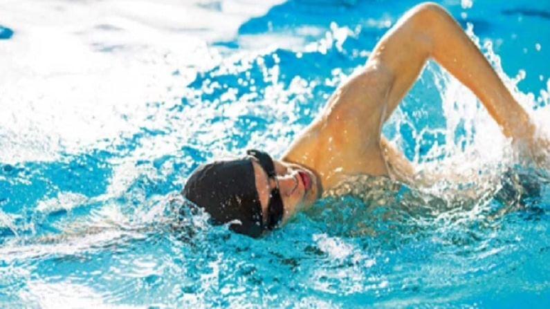 जर आपल्याला पोहायला येत असेल तर आपण दररोज अर्धा तास तरी पोहले पाहिजे. पोहणे हा एक चांगला व्यायाम आहे. यामुळे तुमचे वजन वेगाने कमी होईल.