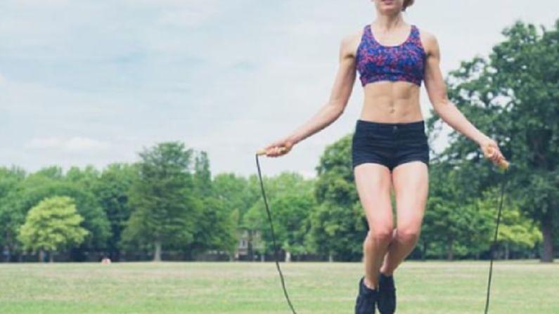 जर आपण घराबाहेर जाऊन व्यायाम करू शकत नसतोल तर आपण दोरीवरच्या उड्या मारून वजन कमी करू शकतो. दोरीवरच्या उड्यांमुळे वजन कमी होण्यास मदत होते.