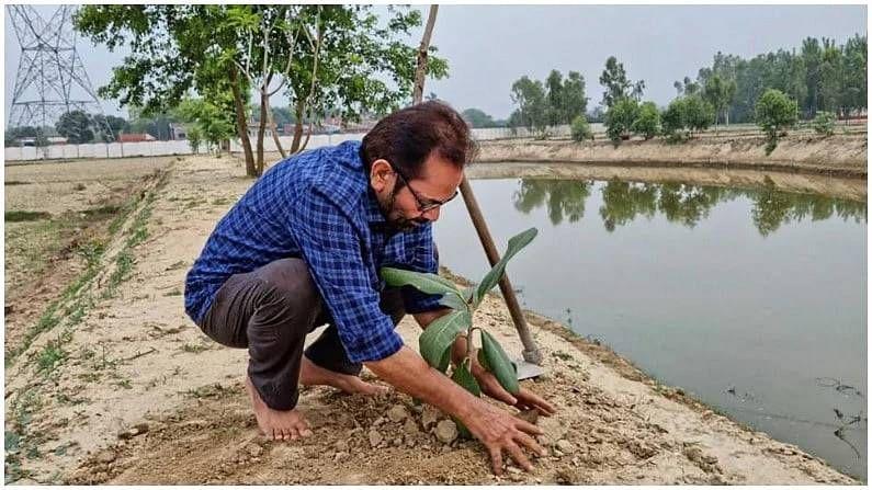 केंद्रीय अल्पसंख्याक मंत्री मुख्तार अब्बास नक्वी यांनी रामपूरमधील एका गावात वृक्षारोपण केलं.
