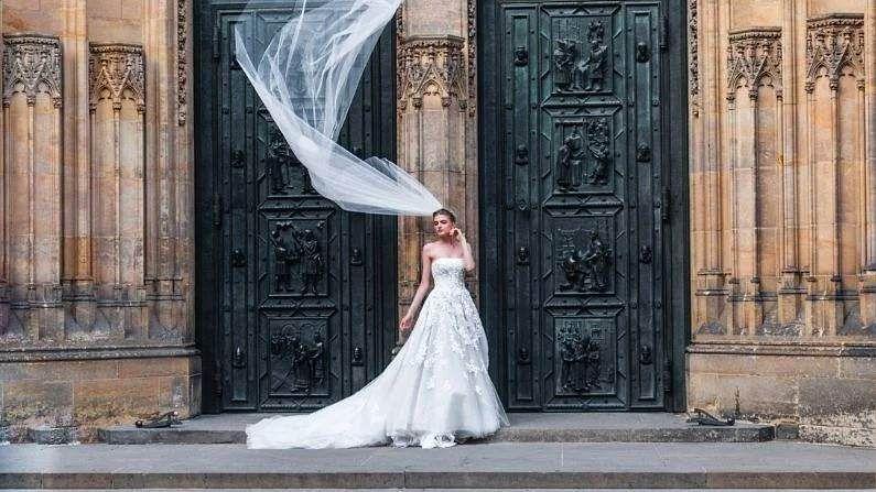 फ्रान्समधील कायद्यानुसार मृत व्यक्तीशी देखील लग्न करता येतं. याला मरणोपरांत लग्न (Posthumous Marriage) म्हणतात. याची सुरुवात 1950 मध्ये झाली होती. त्यावेळी फ्रेजुसोमध्ये धरण फुटून त्यात 400 लोकांचा मृत्यू झाला. यात अँड्रे कापरा नावाच्या व्यक्तीचाही समावेश होता. अँड्रेचा एरीनी जोडार्ट नावाच्या मुलीसोबत साखरपुडा झाला होता. मात्र, लग्नाआधीच त्याचा मृत्यू झाला. यानंतर एरीनीने फ्रान्सचे तत्कालीन राष्ट्रपती चार्ल्स डी गॉल यांना तिला ठरल्याप्रमाणे अँड्रेशीच लग्न करायचं आहे असं सांगत परवानगी मागितली. याला मंजूरी मिळाली आणि तेव्हापासून ही प्रथा सुरु झाली. असं लग्न करण्यासाठी आधी सरकारकडे अर्ज करावा लागतो.
