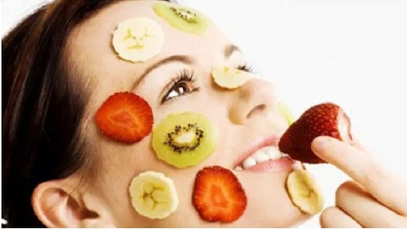 फळे जशी आपल्या आरोग्यासाठी फायदेशीर असतात. तशीच ती आपल्या त्वचेसाठी देखील खूप फायदेशीर आहेत. फळे मॅश करा आणि आपल्या त्वचेवर लावा. यामुळे चेहरा चमकदार होण्यास मदत होते.