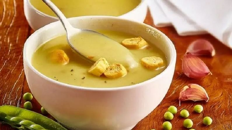 भोपळा लसूण सूप - आपल्या आरोग्यासाठी भोपळा लसूण फायदेशीर आहे. यामुळे पाचन करणे सोप्पे जाते. भोपळा सूपमध्ये कमी कॅलरी असते. या सूपमध्ये हळद आणि लसूण वापरतात. यात दाहक-विरोधी गुणधर्म असतात. हे रोगप्रतिकारक शक्ती वाढविण्यात मदत करते.