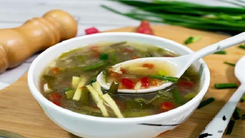 चिकनमध्ये प्रोटीन मोठ्या प्रमाणात असतात. चिकनच्या सूपमध्ये आलं आणि लसूण टाकले जाते. हे आरोग्यासाठी फायदेशीर आहे. हा सूप आपल्याला हायड्रेटेड ठेवतो.