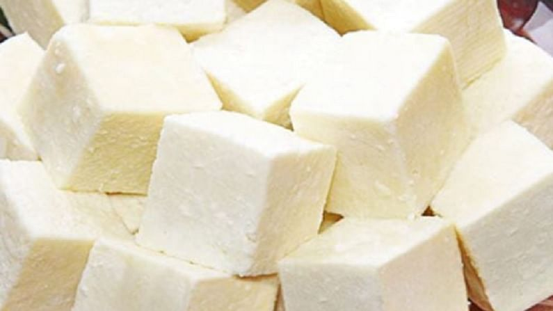 पनीरमध्ये कॅल्शियम, फॉस्फरस, पोटॅशियम, झिंक सुद्धा मुबलक प्रमाणात असतं. पनीर खाणं सर्वांसाठी आरोग्यदायी असतं. मात्र, पनीरमध्ये कॅलरी मोठ्या प्रमाणात असतात.