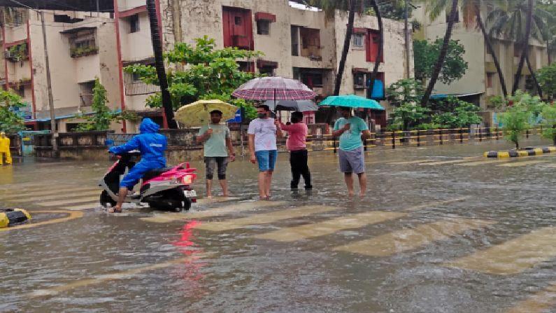 राज्यात मुसळधार पाऊस बरसेल अशा इशारा हवामान खात्याने देताच मुंबईसह नवी मुंबई, पनवेल मध्ये पावसाने खरोखरंच हजेरी लावली.
