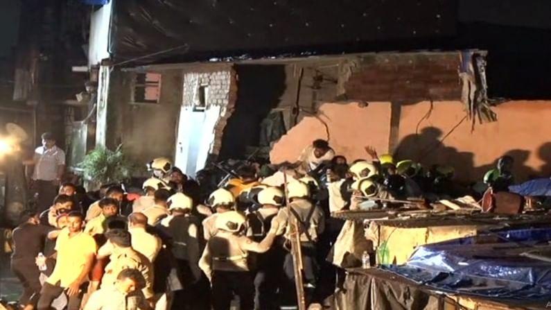 अग्निशमन दलाच्या जवानांनी ढिगाऱ्याखाली अडकलेल्या 17 जणांना आतापर्यंत सुखरुप बाहेर काढलं आहे.