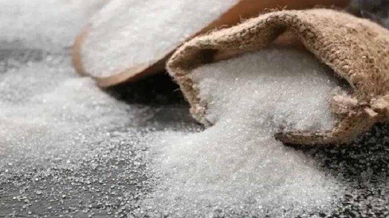 निरोगी त्वचेसाठी साखर किंवा गोड पदार्थांचे जास्त सेवन करणे टाळले पाहिजे. अधिक साखर खाल्ल्यास एंड्रोजन्सचा स्राव वाढतो, ज्यामुळे मुरुमाची समस्या होते.