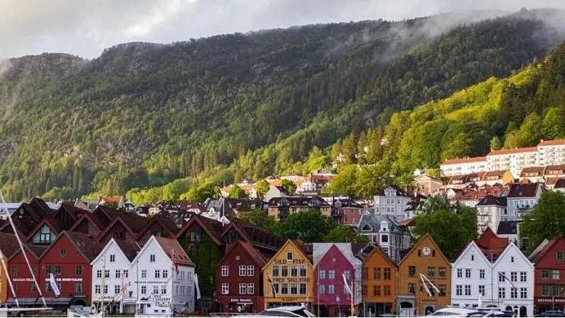 नॉर्वेची ओळख इथलं नैसर्गिक सौंदर्य आणि स्वच्छ शहरांसाठी आहे. इथं काम करणाऱ्यांना वर्षाला सरासरी 51 हजार डॉलर म्हणजे जवळपास 37 लाख रुपये पगार मिळतो.
