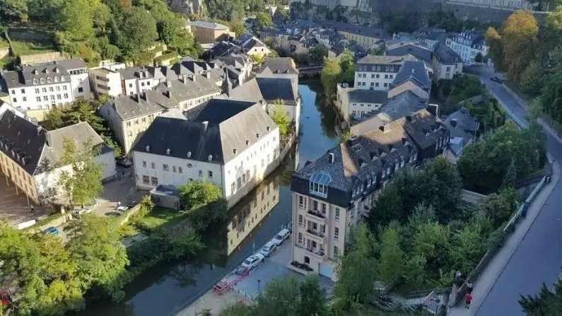 पश्चिम यूरोपमधील छोटासा देश असलेल्या लक्जमबर्ग मध्ये सरासरी 65 हजार डॉलर म्हणजे 48 लाख रुपये वार्षिक पगार आहे.