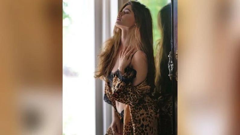 दिल्लीतील मॉडेल आणि अभिनेत्री पूजा गुप्ता तिच्या चित्रपटांपेक्षा तिच्या सुंदर आणि हॉट फोटोंसाठी चर्चेत असते.