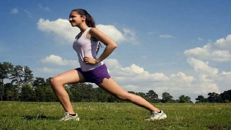 व्यायाम करण्यासाठी चुकीची वेळ कोणतीही नसते. आपण दिवसभरामध्ये कधीही व्यायाम करू शकतो. जर आपल्याला वर्कआउट्सकरून वजन कमी करायचे असेल तर आपण कोणत्या वेळी कराल? हे जाणून घेणे महत्वाचे आहे. तज्ज्ञांच्या मते सकाळी न्याहारीपूर्वी व्यायाम करणे खूप फायदेशीर आहे. यामुळे तुमची फिटनेस पातळी वाढते.