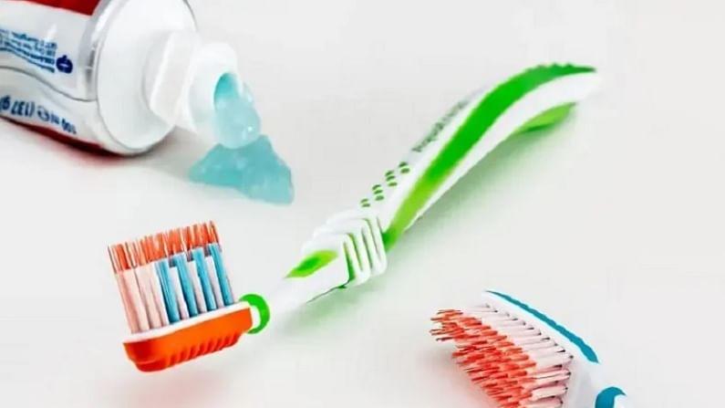 आपल्या हाताला पायाला काही पोळले असेल तर त्यावर आपण टूथपेस्ट लावले पाहिजे. यामुळे आपल्याला आराम मिळतो आणि त्रासही कमी होतो. (टीप : कोणत्याही उपचारांपूर्वी डॉक्टरांचा सल्ला अवश्य घ्यावा.)