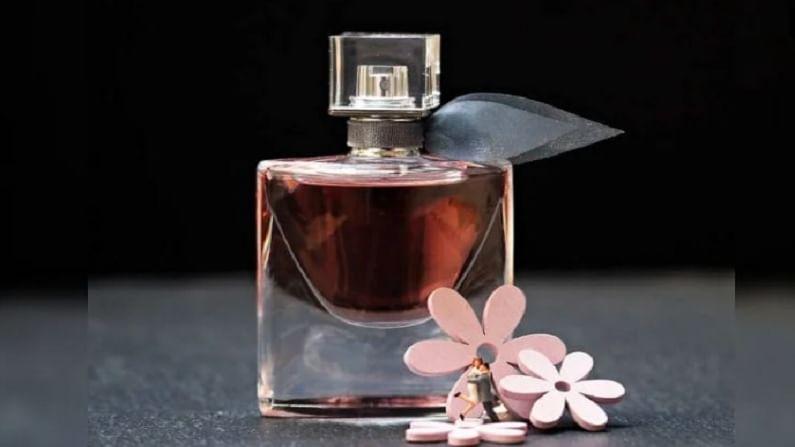 नेहमी चांगल्या कंपनीचा परफ्यूम वापरा. निकृष्ट दर्जाचा आणि स्वस्त दर्जाच्या परफ्यूमचा वास जास्त काळ टिकत नाही.