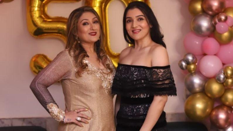 टीना आहुजा तिची आई सुनिता आहुजासोबत खूपच सुंदर दिसत होती.