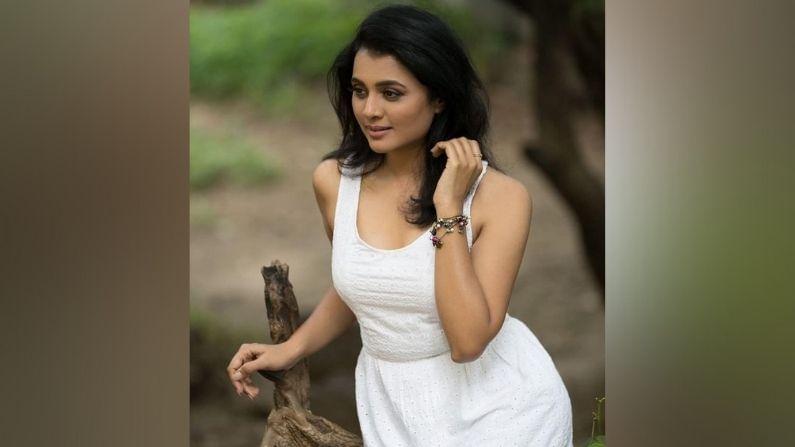 मराठमोळी अभिनेत्री भार्गवी चिरमुलेनं नुकतंच एक हटके फोटोशूट केलं आहे. अगदी क्लासी लूकमध्ये तिनं हे फोटोशूट केलं असून यात ती कमालीची सुंदर दिसतेय.