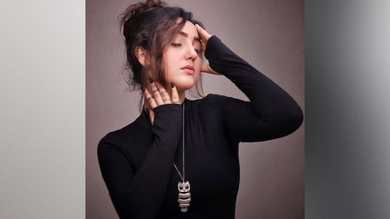 छोट्या पडद्यावर आपला जवला दाखवणारी लोकप्रिय अभिनेत्री अशनूर कौर सध्या सोशल मीडियावर आपल्या फॅशन सेन्समुळे ट्रेंडमध्ये असते.