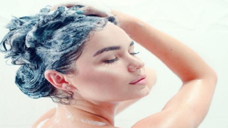 तुमच्या नियमित खाण्या-पिण्याच्या सवयीमुळेही केस गळतात. बाहेरील तेलकट, फास्ट फूट यासारखे अनेक पदार्थांचे शरीराप्रमाणे केसांवरही विपरित परिणाम होतो. तुमच्या रोजच्या जेवणात प्रोटीन आणि आयन या घटकांची कमी असेल तर केस गळतीचे प्रमाण वाढते.