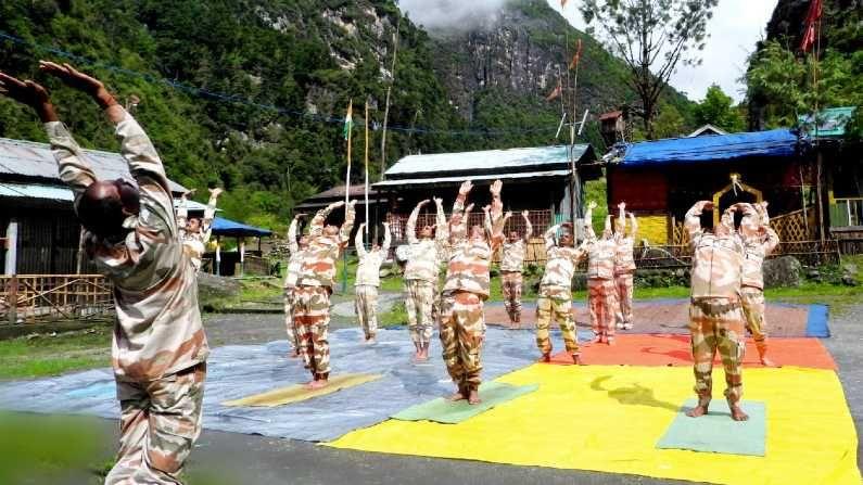 अरुणाचल प्रदेशातील सीमा चौकीवर आयटीबीपीचे जवान योगा करताना दिसले. योग जवानांसाठी खूप उपयुक्त असल्याचं म्हटलं जातं, कारण त्यामुळे सर्व प्रकारच्या तणावापासून संरक्षण करता येतं.