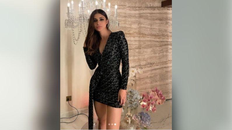 या ड्रेससोबत मौनीनं ब्लॅक कलरची स्ट्रॅप हील्स कॅरी केली आहेत. ऑल ब्लॅक लूकमध्ये मौनी प्रचंड सुंदर दिसत आहे.
