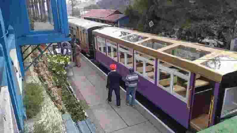 हिमाचल प्रदेशात पोहोचलेल्या पर्यटकांना टॉय ट्रेनचा प्रवास खूप आवडतो. निर्बंध शिथिल केल्याने आता हळूहळू हिमाचलमध्ये पर्यटकांची आवक सुरू झाली आहे.