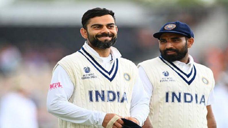 भारत आणि न्य़ूझीलंड (India vs NewZealand) यांच्यातील वर्ल्ड टेस्ट चॅम्पियनशिपच्या अंतिम सामन्यात  (WTC Final) पावसाने व्यत्यय आणल्याने क्रिकेट रसिक नाराज आहेत. दरम्यान सोशल मीडियावर सामन्याबद्दलचे अपडेट्स, मीम्स यामुळे प्रेक्षकांचे मनोरंजन होत असून भारतीय क्रिकेटर मोह्म्मद शमीने (Mohammad Shami) देखील सामन्यातील काही फोटो पोस्ट केले आहेत. ज्यात कर्णधार विराट कोहलीचा(Virat Kohli) क्यूट लूक पाहण्याजोगा आहे. (Mohammad Shami Posted Photo Of WTC Final Between India and Newzealand Virat Kohli Looking Cute)