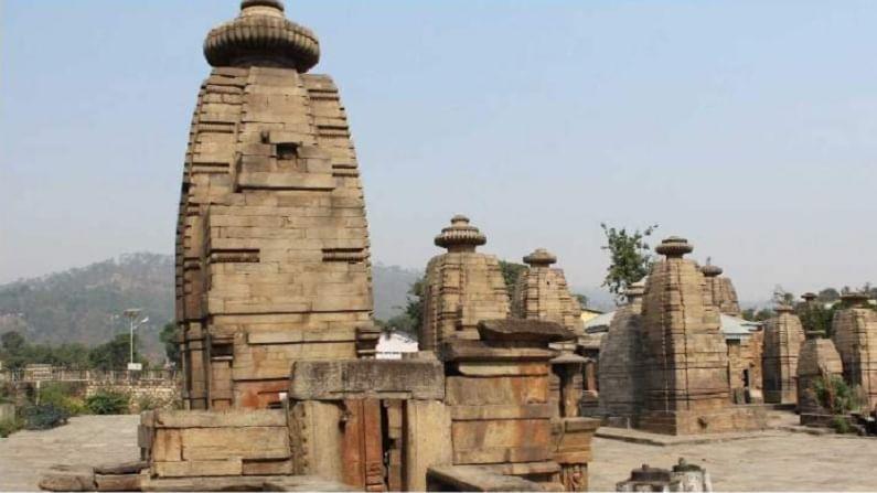 कौसानीपासून सुमारे 20 किमी अंतरावर बैजनाथ शहर आहे. हे प्राचीन मंदिरे आणि धार्मिक स्थळांसाठी प्रसिद्ध आहे. हे एक पर्यटनस्थळ आहे.