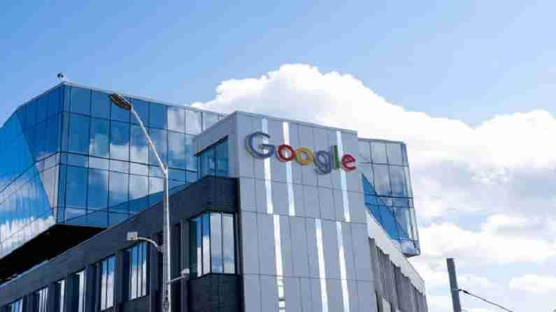 गूगल, जे जगभरात सुमारे 140,000 लोकांना रोजगार देते. हे अपेक्षित आहे की महामारी नंतरच्या कार्य मॉडेलमध्ये त्यांचे 60 टक्के कर्मचारी आठवड्यात काही दिवस कार्यालयात असतील आणि त्यातील 20 टक्के कर्मचारी नवीन कार्यालयात असतील. प्रवक्त्याच्या म्हणण्यानुसार, उर्वरित 20 टक्के गूगल कर्मचारी घरातूनच काम करू शकतात.
