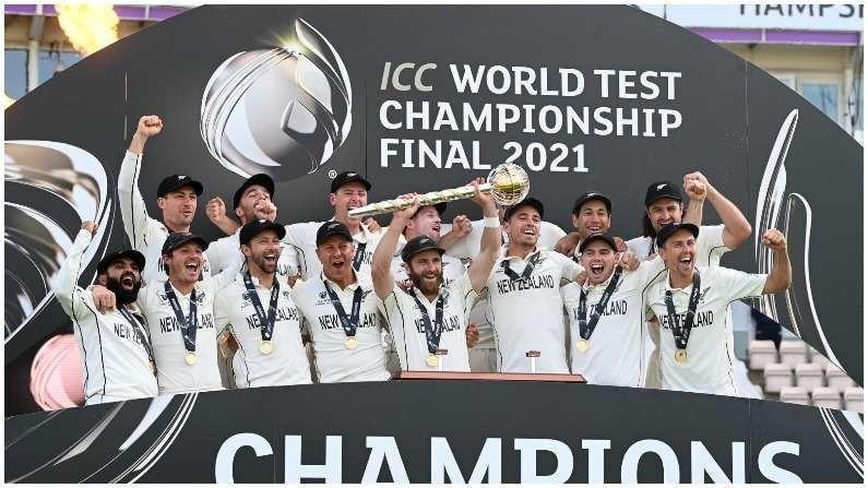 144 वर्षांच्या कसोटी क्रिकेटच्या इतिहासात पहिल्यांदाच कसोटी विश्वचषक खेळला गेला. नाव दिलं गेलं, आयसीसी वर्ल्ड टेस्ट चॅम्पियनशिप फायनल.... साऊथॅम्प्टनच्या मैदानावर भारत आणि न्यूझीलंडच्या संघांदरम्यान सामना पार पजला. शेवटी सर्वोत्तम खेळ करणाऱ्या किवी संघाला विजेतेपदाची ट्रॉफी मिळाली यासह किवी संघाने आयसीसी करंडकाचा दुष्काळही समाप्त केला. कर्णधार केन विल्यमसन कसोटी क्रिकेटचा पहिला विश्वचषक जिंकणारा पहिला कर्णधार ठरला. वास्तविक, आयसीसीच्या शेवटच्या 7 स्पर्धांची कहाणीही अशीच आहे. पुरुषांच्या क्रिकेटशी संबंधित शेवटच्या 7 आयसीसी स्पर्धांमध्ये प्रत्येक वेळी विजेतेपदाचा करंडक नवीन कर्णधार उंचावतो.