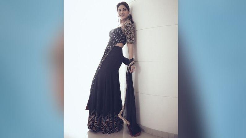 या फोटोमध्ये तिचे भाव खूपच सुंदर दिसत आहेत. काळ्या रंगाच्या या लेहेंग्यात ती कमालीची सुंदर दिसतेय.