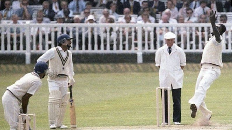 विश्वचषकाचा अंतिम सामन्यापर्यंत भारत पोहोचेल असं कोणालाच वाटलं नव्हतं. पण कपिल देव (Kapil Dev) यांच्या कप्तानीखाली भारतीय संघानं हे करुन दाखवलं. पण अंतिम सामन्यात टक्कर होती दोनदा विश्वचषक जिंकलेल्या वेस्ट इंडिज संघाशी. वेस्ट इंडिज संघाने भारतीय फलंदाजावर भेदक गोलंदाजी करत त्यांना अवघ्या 183 धावांत ऑलआऊट केले.