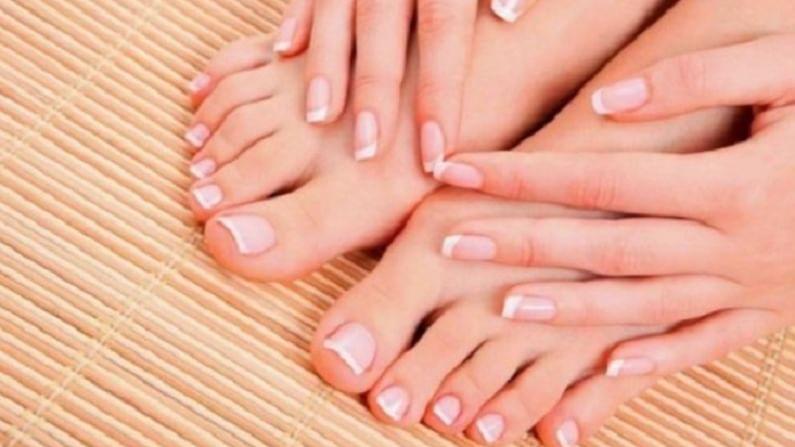 आपण जशी आपल्या चेहऱ्याच्या आणि हाताच्या त्वचेची काळजी घेतो. तशी काळजी आपण पायाच्या त्वचेची घेत नाहीत. सूर्यप्रकाश आणि प्रदूषणचा परिणाम आपल्या पायांवर होतो आणि आपल्या पायांवर टॅनिंग होते. पायावरच्या त्वचेची टॅनिंग काढण्यासाठी आपण घरगुती उपाय देखील करू शकतो.
