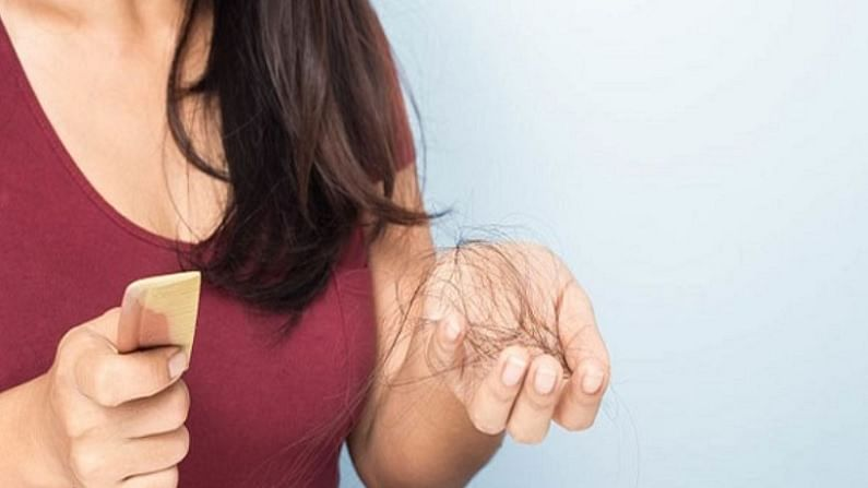 केस गळणे ही एक सामान्य समस्या आहे. केस गळण्याची अनेक कारणे असू शकतात. त्यामध्ये बदलेली जीवनशैली, अनहेल्दी खाणे आणि केसांची योग्य काळजी न घेणे. मात्र घरच्या घरी काही आयुर्वेदिक उपचार करून देखील आपण केस गळतीची समस्या दूर करू शकतो.