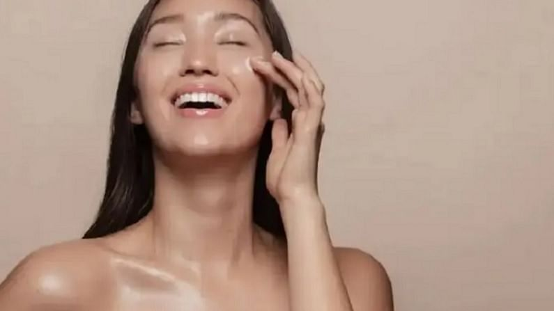 कोरफड आपल्या त्वचेसाठी फायदेशीर असते, हे आपल्या सर्वांनाच माहिती आहे. दोन चमचे कोरफडचा गर घ्या आणि त्यामध्ये अर्धा चमचा हळद मिक्स करा आणि संपूर्ण चेहऱ्यावर हा फेसपॅक लावा. साधारण वीस मिनिटांनी आपला चेहरा थंड पाण्याने धुवा.