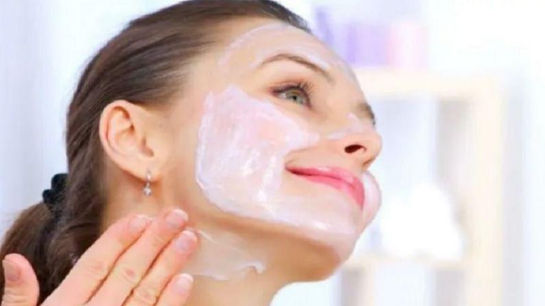 गुलाब आपल्या त्वचेसाठी खूप फायदेशीर आहे. गुलाबाच्या पाकळ्यांची बारीक पेस्ट तयार करा आणि त्यामध्ये थोडे दूध मिक्स करा. ही पेस्ट आपल्या संपूर्ण चेहऱ्याला लावा आणि चेहऱ्याचा मसाज करा. त्यानंतर साधारण वीस मिनिटांनंतर चेहरा थंड पाण्याने धुवा.