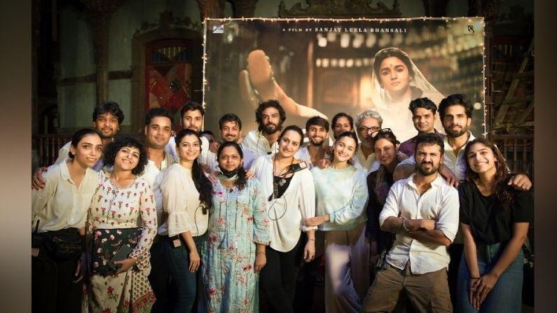 आलिया भट्टच्या (Alia bhatt) या चित्रपटाचं चित्रिकरण मुंबई फिल्म सिटी, गोरेगाव येथे झालं आहे. आता आलियानं काही फोटोंसोबत एक खास पोस्ट शेअर केली आहे. या पोस्टला चाहत्यांचा उत्तम प्रतिसाद मिळतोय.