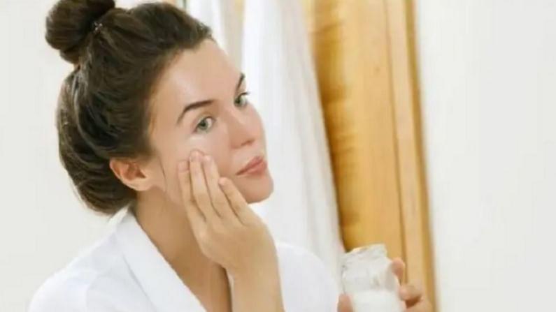 2 चमचे हळद आणि गुलाब पाण्यात दुधावरची साय मिक्स करा. ही पेस्ट आपल्या संपूर्ण चेहऱ्यावर लावा. त्यानंतर चेहऱ्याची मालिश करा आणि चेहरा थंड पाण्याने धुवा.