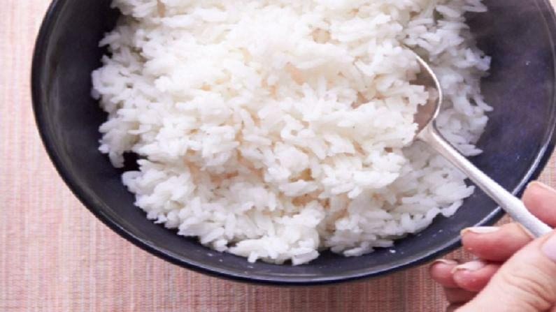 कच्चा तांदुळात शरीराला पोषक जीवाणू असतात. तांदुळ शिजवून भात केल्यानंतरही ते भातात तसेच राहतात. त्याचा शरीराला फायदा होतो. मात्र, हाच भात पुन्हा गरम करुन खाल्ल्यास या जीवाणूंचं रुपांतर विषाणूत होतं आणि ते शरीराला अपायकारक ठरु शकतात. त्यामुळे शरीरात अन्न विष बाधा म्हणजेच फूड पॉईजनिंग होऊ शकते.