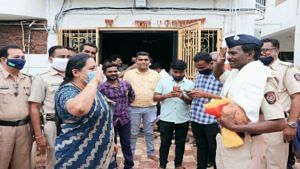 Yashomati Thakur Salute to Police Constable