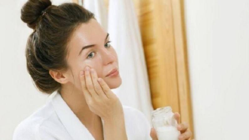 कधीकधी मृत त्वचेमुळे चेहऱ्यावरील चमक नष्ट होते. हे टाळण्यासाठी बेसन पीठामध्ये गुलाब पाणी मिक्स करा आणि संपूर्ण चेहऱ्याला लावा. यामुळे चेहऱ्यावर चमच येईल.