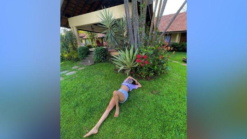 या कलेक्शनच्या दुसर्या फोटोत ती रिसॉर्टच्या गवतात आराम करताना दिसतेय.