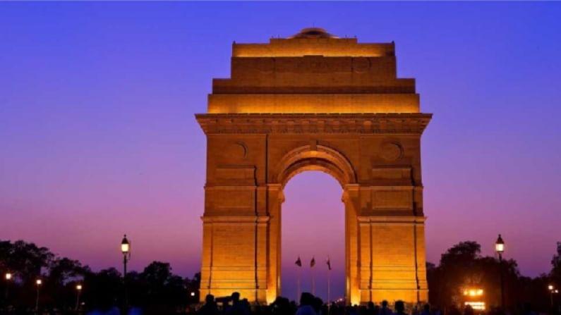 इंडिया गेट, दिल्ली - दिल्ली मधील सर्वाधिक प्रेक्षणीय स्थळांपैकी एक म्हणजे इंडिया गेट हे राजपथ जवळ बांधलेले युद्ध स्मारक आहे. हे 1914 - 1921 दरम्यानच्या पहिल्या महायुद्धात मरण पावलेल्या 70000 सैनिकांच्या स्मृतीत बांधले गेले होते.