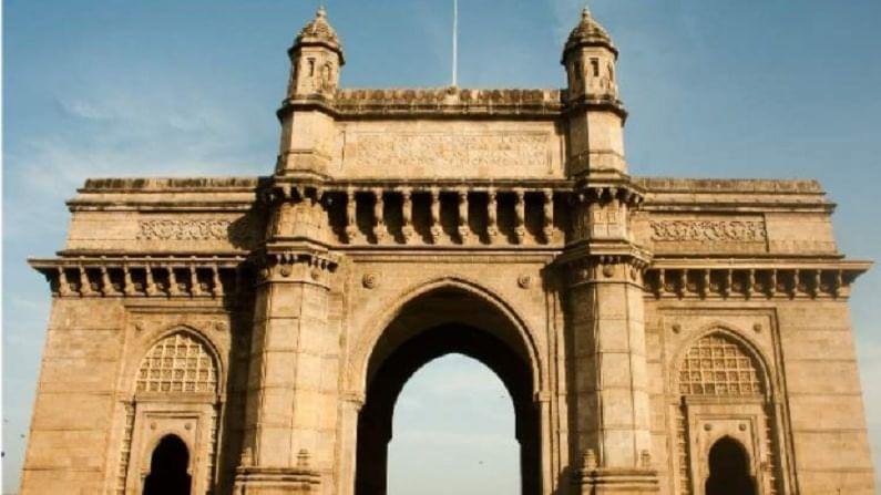गेट वे ऑफ इंडिया, मुंबई - गेट वे ऑफ इंडिया हे मुंबईतील एक प्रतिष्ठित भारतीय स्मारक आहे. हे स्मारक 20 व्या शतकाच्या सुरूवातीस ब्रिटिश राजा जॉर्ज पंचम आणि राणी मेरीच्या पहिल्या आगमनाच्या स्मरणार्थ बांधण्यात आले होते.