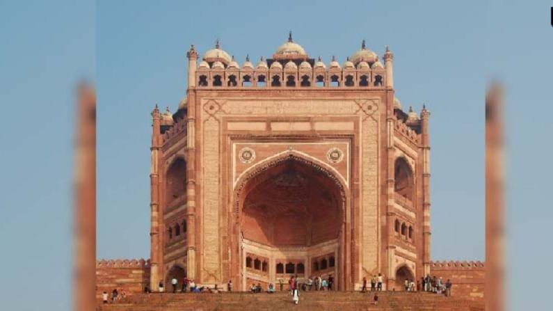 """बुलंद दरवाजा, फतेहपूर सिकरी - हा 15 मजली """"विजय द्वार"""" जगातील सर्वात उंच प्रवेशद्वार आहे. 1575 मध्ये मुगल बादशहा अकबर यांनी गुजरातवरील त्याच्या विजयाच्या स्मरणार्थ हे बांधले होते."""