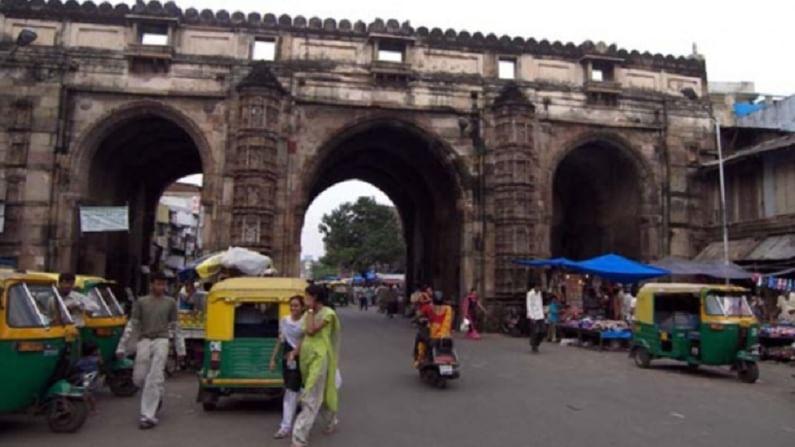 तीन दरवाजा, अहमदाबाद - तीन दरवाजा अहमदाबादमधील भद्रा किल्ल्याच्या पूर्वेकडील दिशेला आहे. हे ऐतिहासिक प्रवेशद्वार 1415 मध्ये बांधले गेले.
